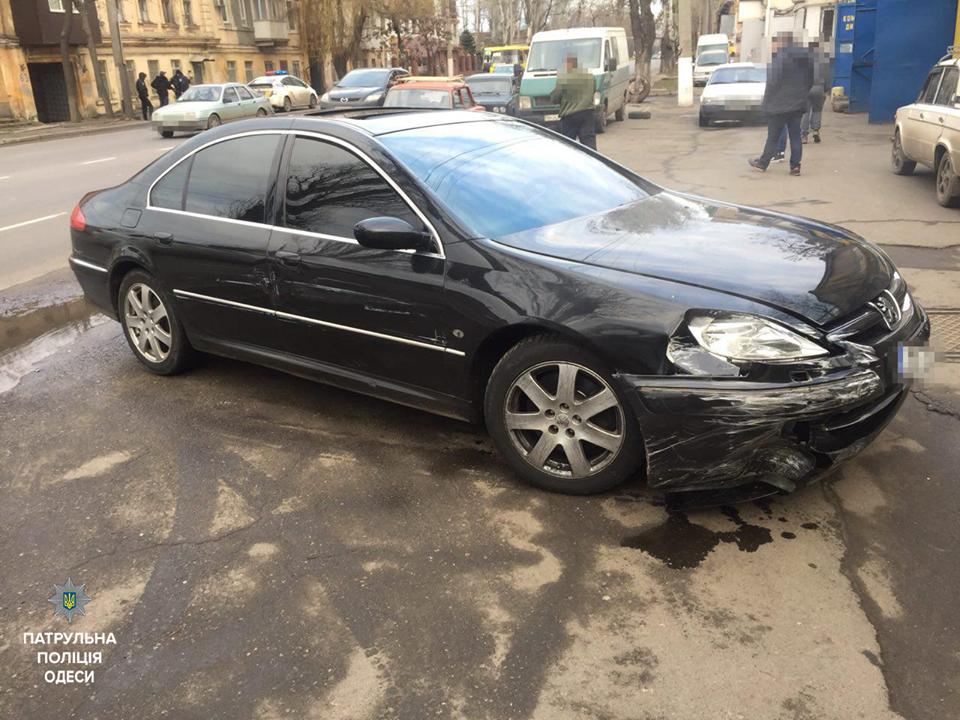 Пьяный водитель пытался въехать на авто в одесский супермаркет