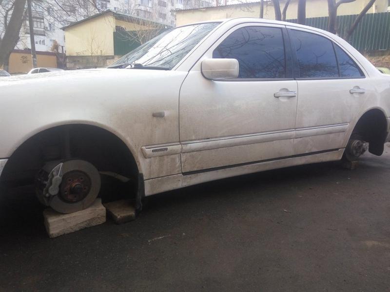 На Таирова семь машин остались без колес