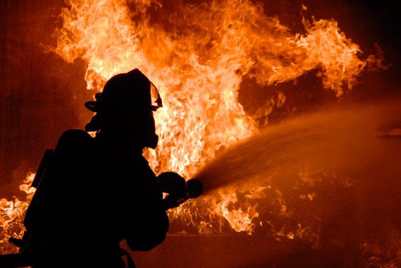 Сильный пожар на 16-й станции Большого Фонтана: площадь возгорания достигла 300 кв.м