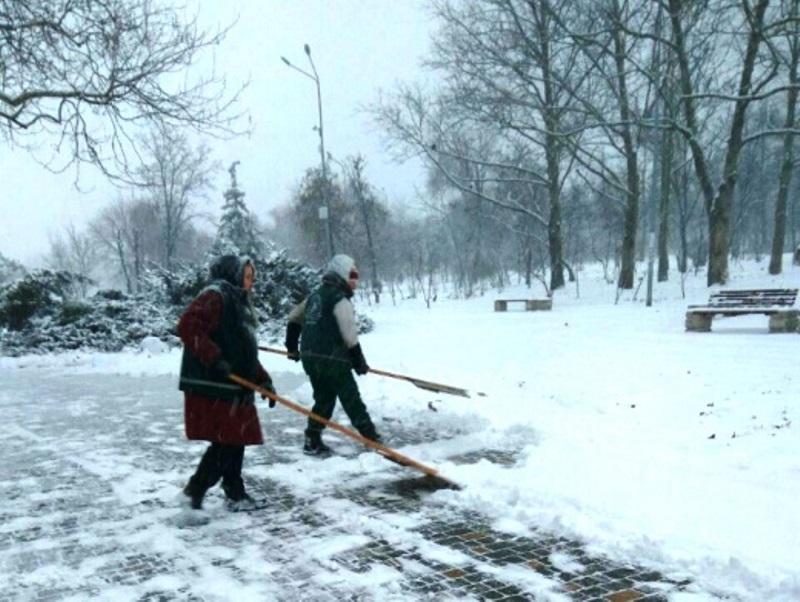 На улицы Одессы высыпали 868 тонн песчано-солевой смеси