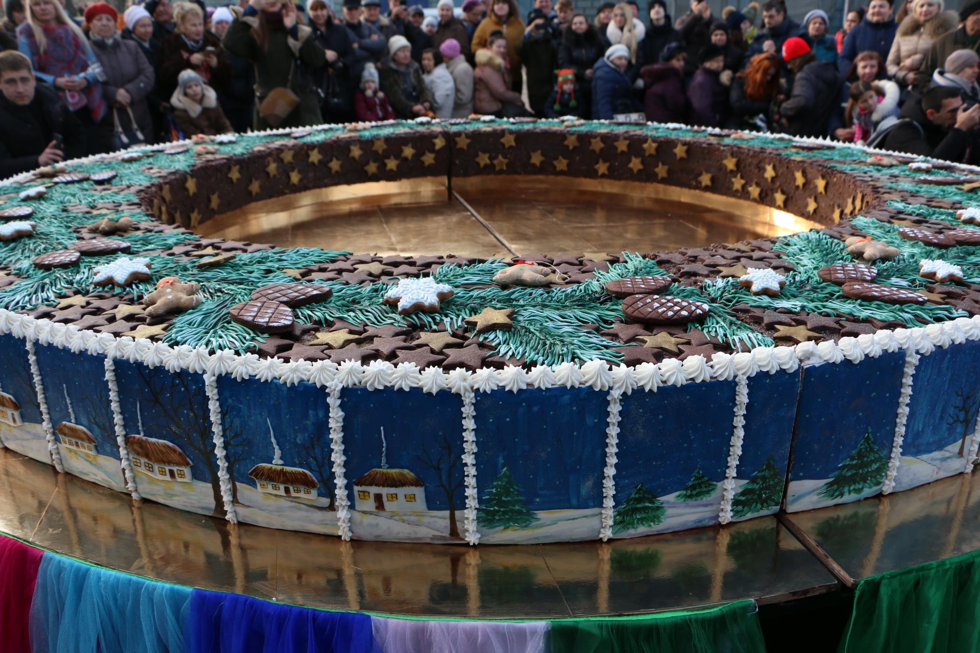 Одесситов угостили огромным тортом-калачом
