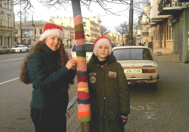 Одесситка связала свитер для молодого дерева