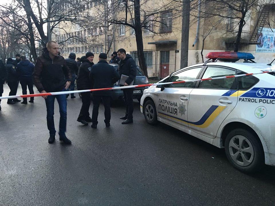 Раненный на Новосельского полицейский умер в реанимации