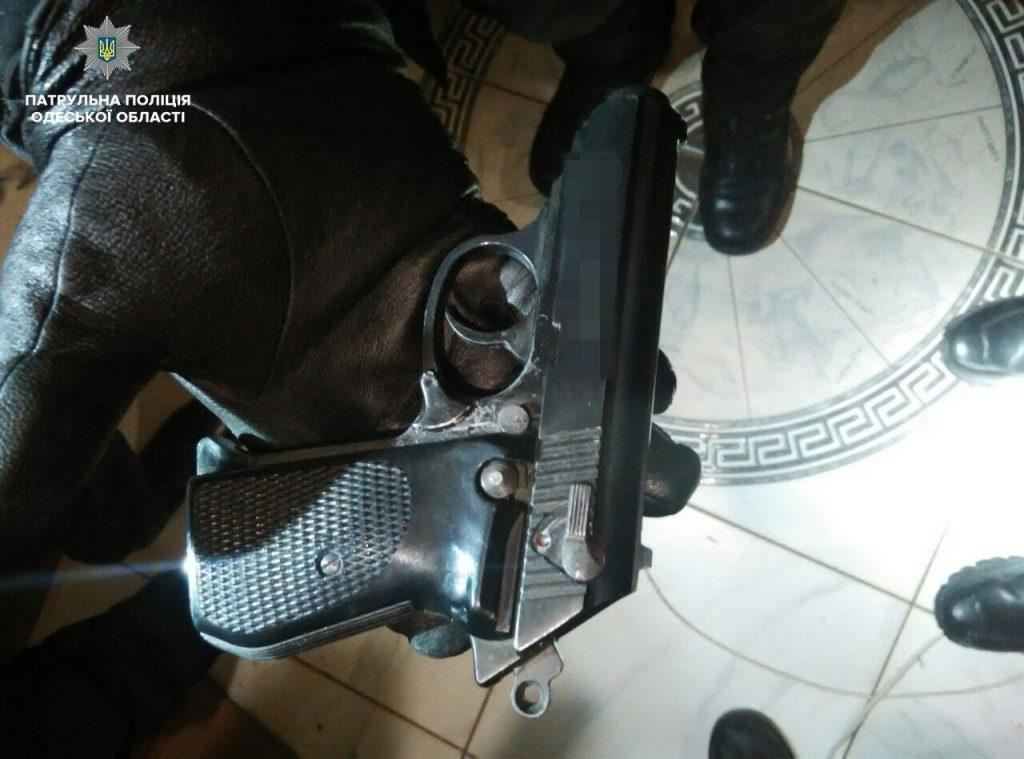 Стрельба в Одессе: патрульные задержали мужчину с арсеналом оружия