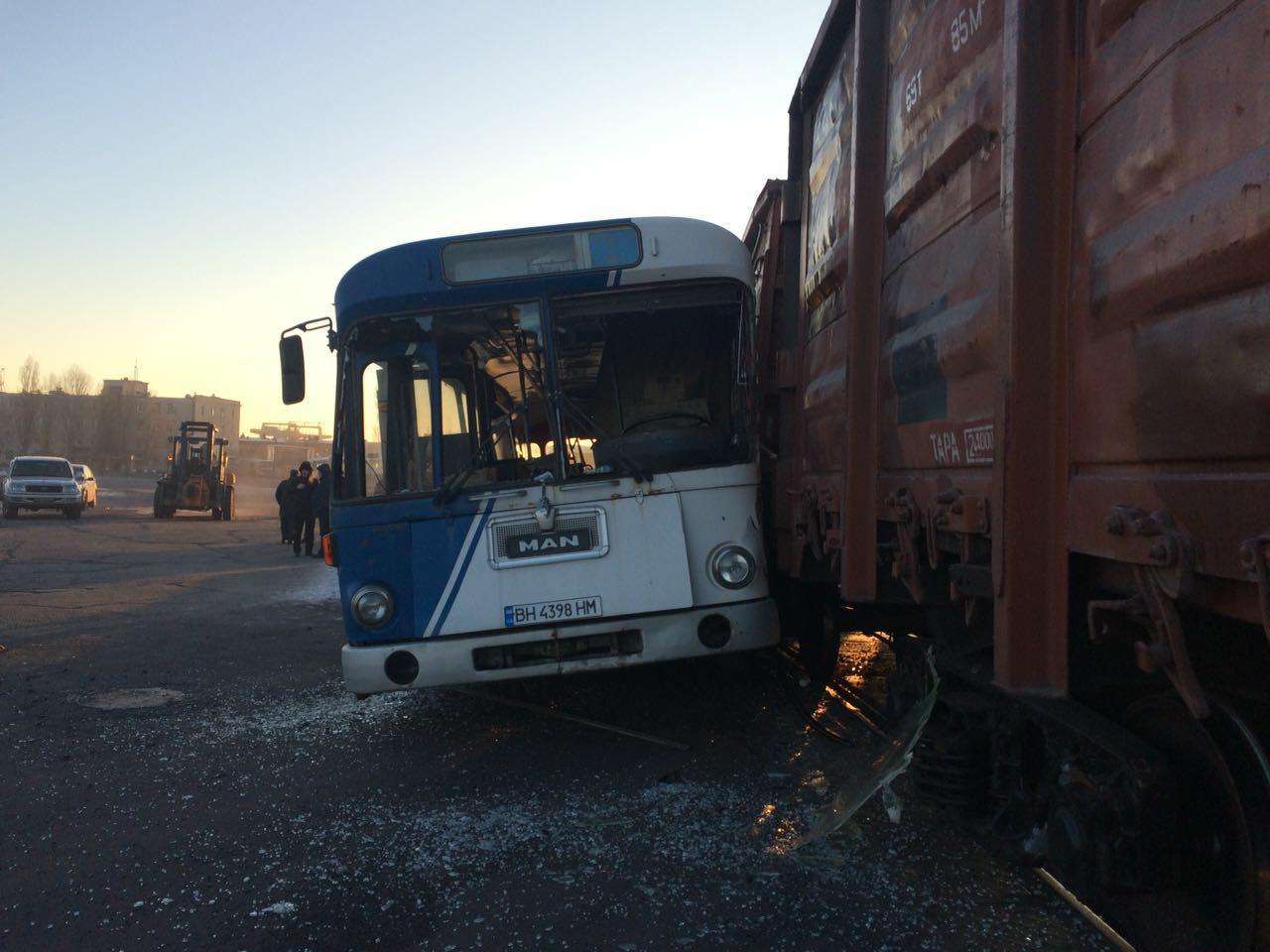 В Черноморске столкнулись поезд и автобус: есть пострадавшие