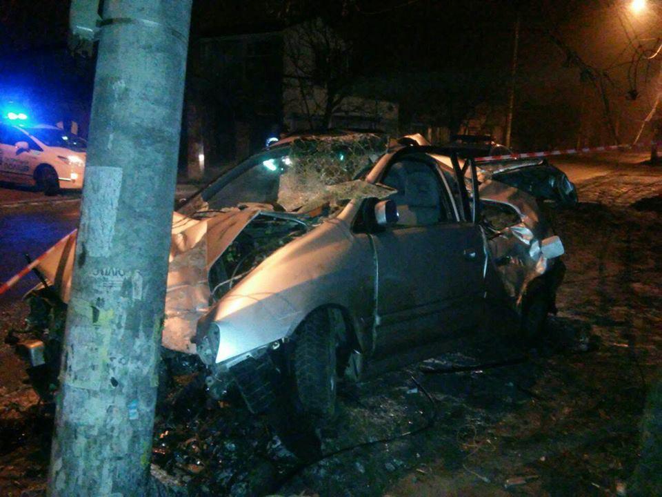 В Одессе автомобиль врезался в столб: водитель погиб