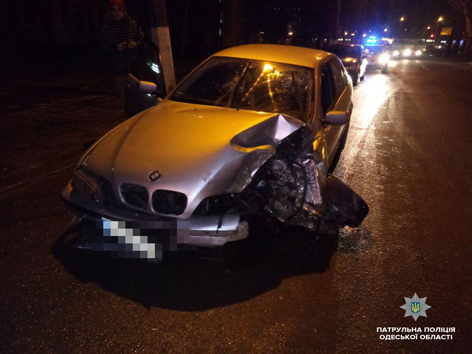 На Черемушках BMW врезался в дерево