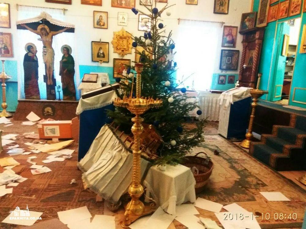 В Черноморске обворовали и осквернили храм