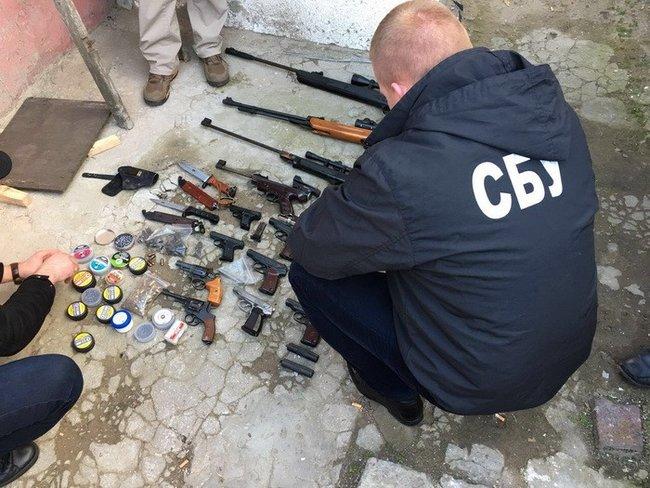 Житель Одесской области переделывал травматы в боевое оружие и продавал