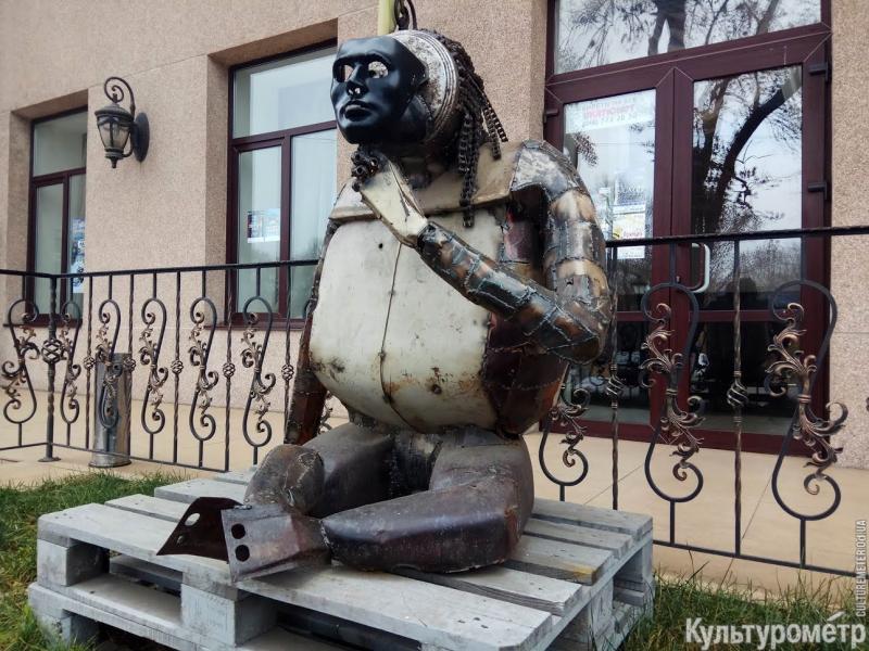 Железная обезьяна: в Одессе появился новый арт-объект