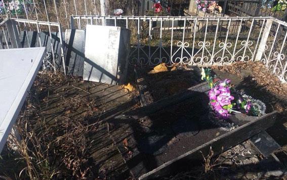 На кладбище под Одессой вандалы повалили несколько надгробий