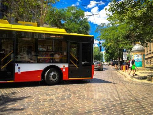 В Одессе три популярных троллейбусных маршрута остановили движение