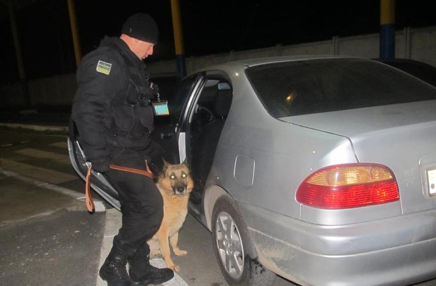 Молдаванин пытался провезти через границу конфеты с наркотиками