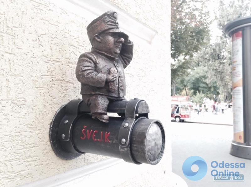 Неизвестные снова украли мини-статую солдата Швейка в центре Одессы