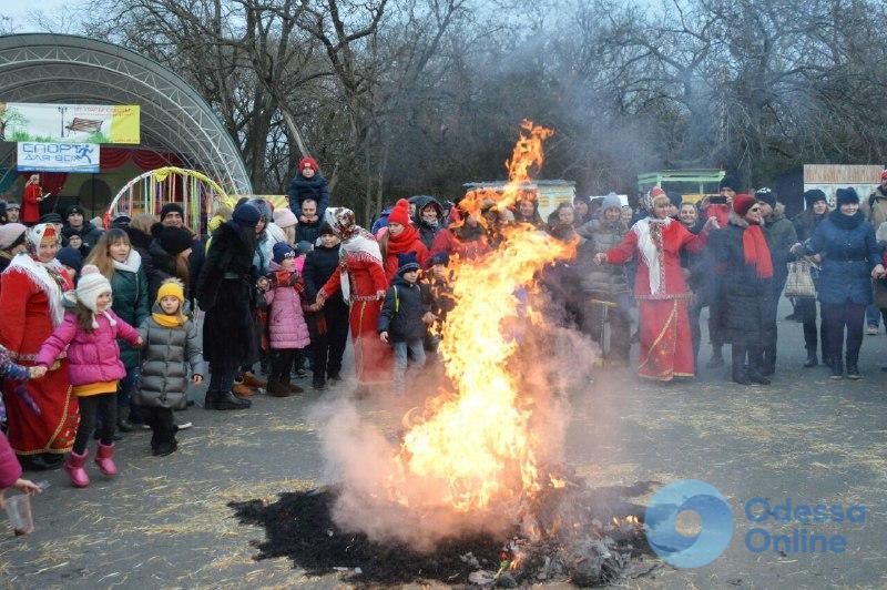 В одесском парке Шевченко ели блины и сожгли чучело Масленицы (фото)