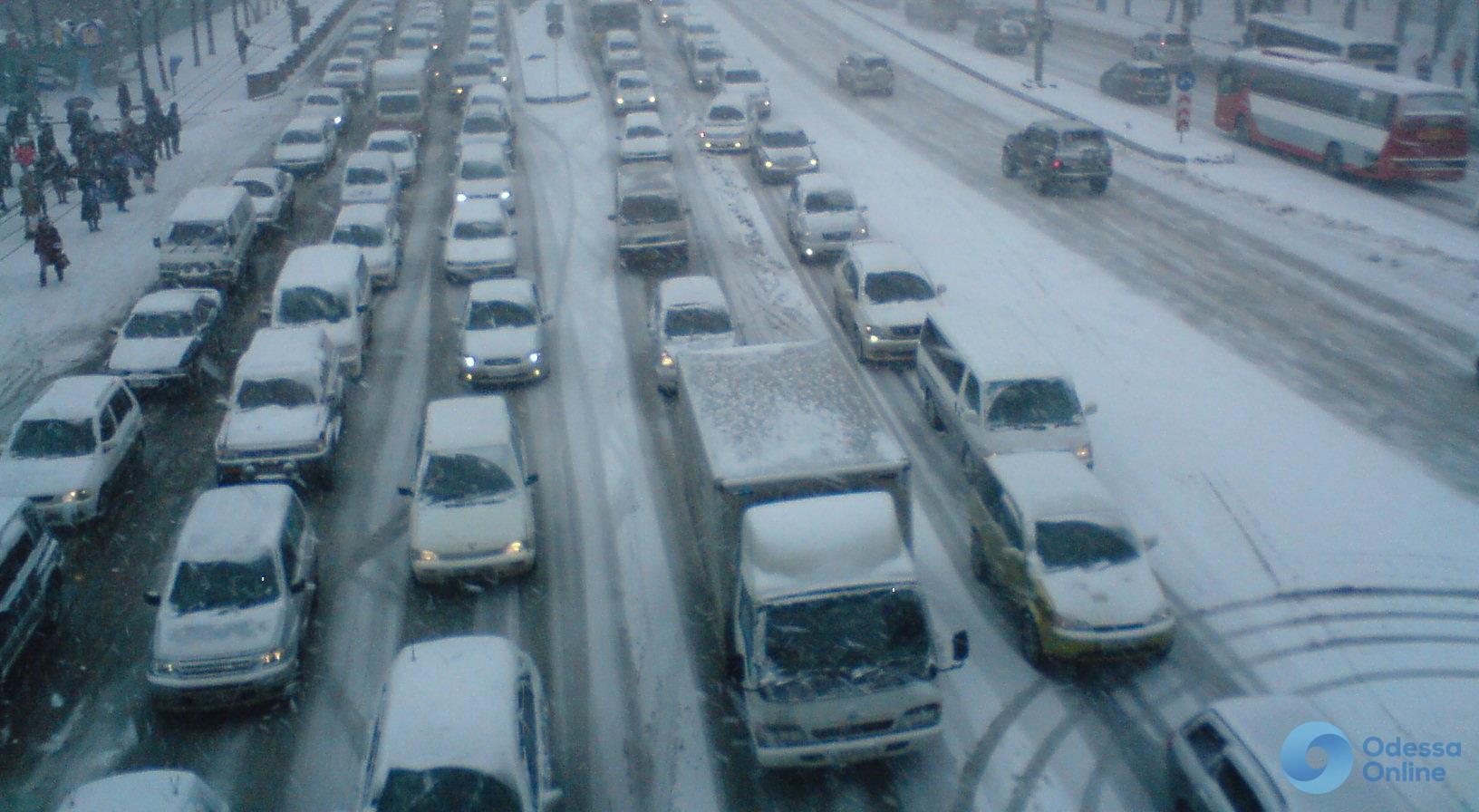 Одесские пробки: снег немного подпортил жизнь одесским автолюбителям
