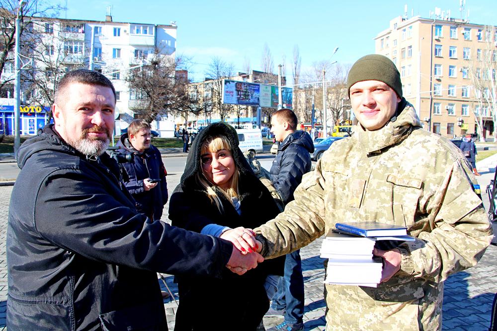 Одесса: волонтер подарил участникам АТО книгу своих стихов