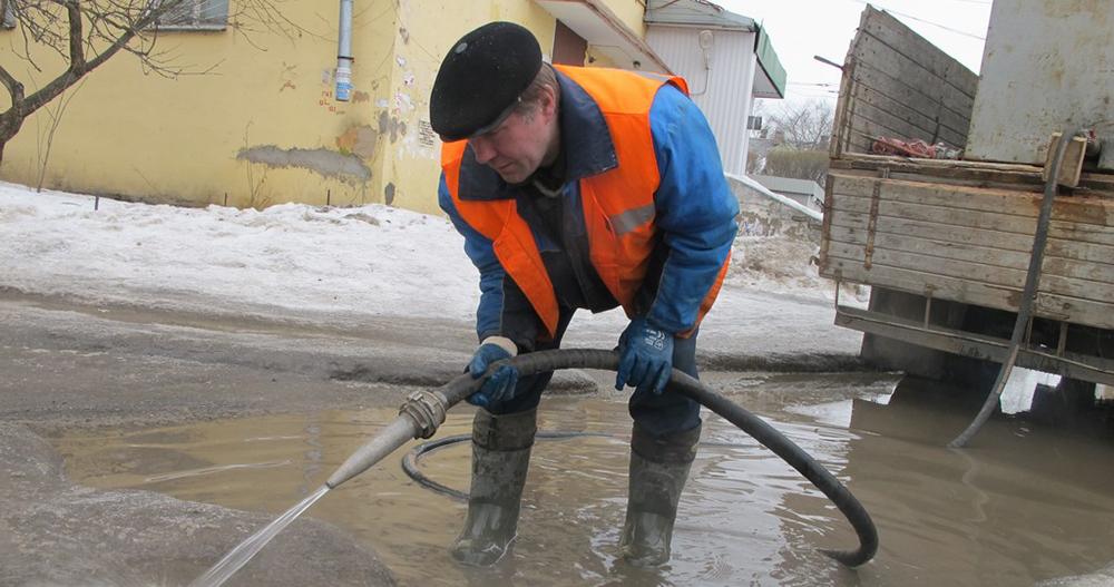 Из одесской гимназии откачивают воду