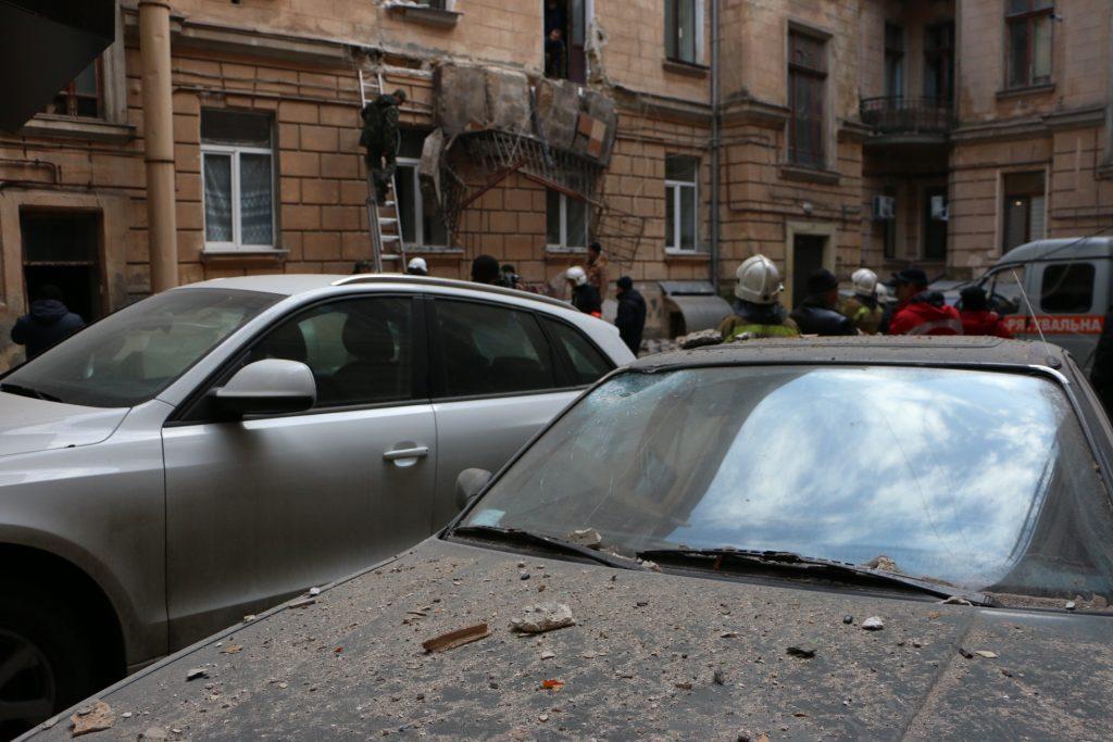 В центре Одессы рухнули два балкона: выбиты окна, повреждены авто и газовая труба «под ударом»