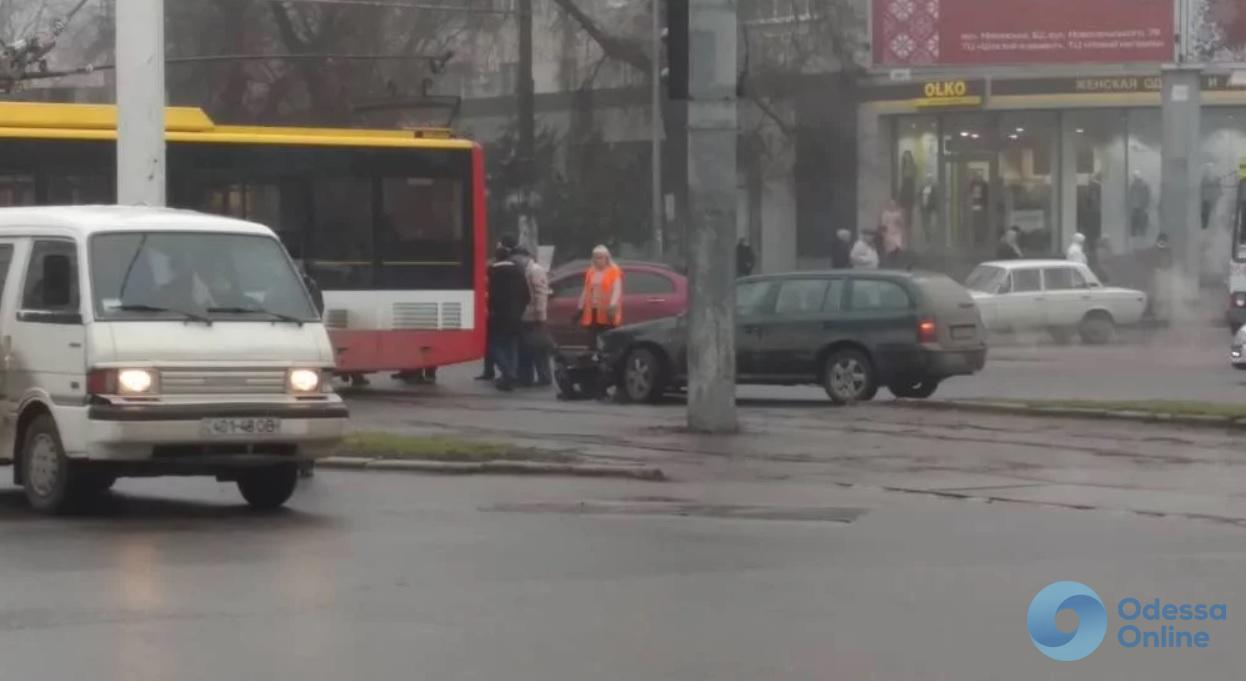 Трамвай столкнулся с легковушкой на Фонтане в Одессе (фото)