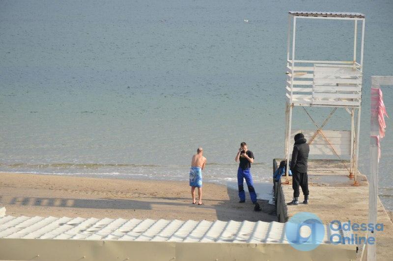 Харьковские моржи открыли купальный сезон на одесском пляже (фото)