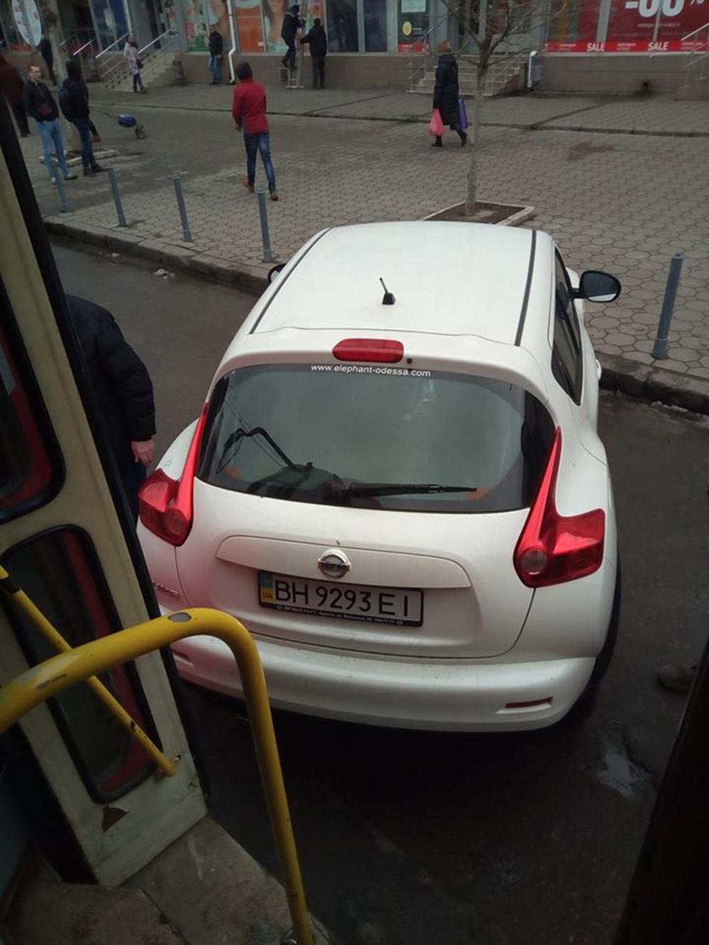 Автохам: одесситы вручную убрали машину с трамвайных путей (фото)