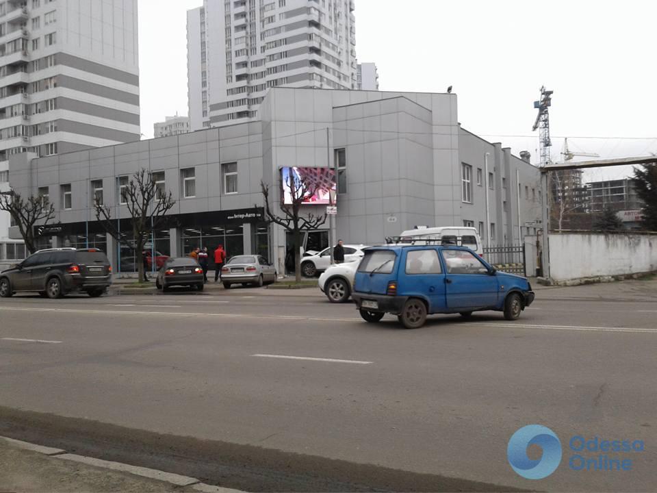 Возвращение к истокам: в Одессе автомобиль Mazda влетел в одноименный автосалон