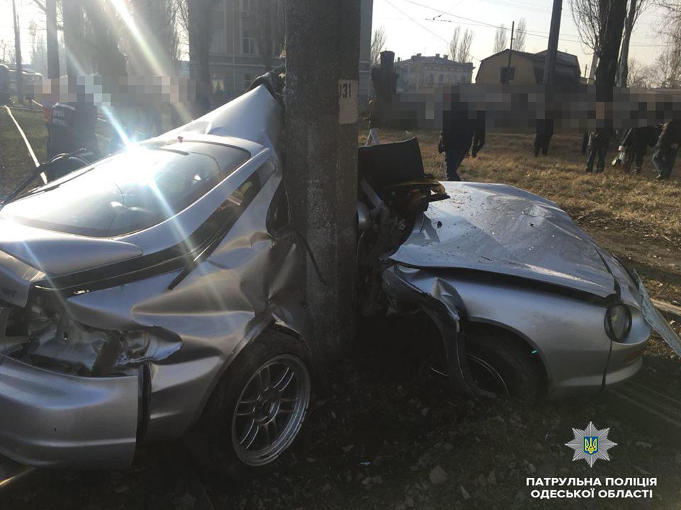 Смертельное ДТП в Одессе: Toyota врезалась в столб