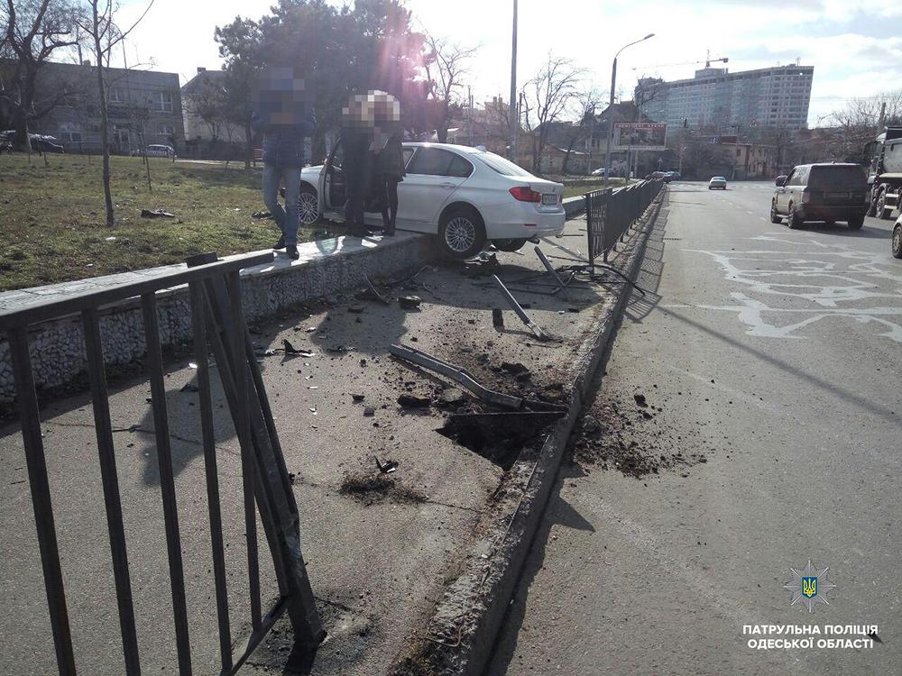 ДТП в Одессе: BMW снес забор и вылетел на газон (фото, видео)