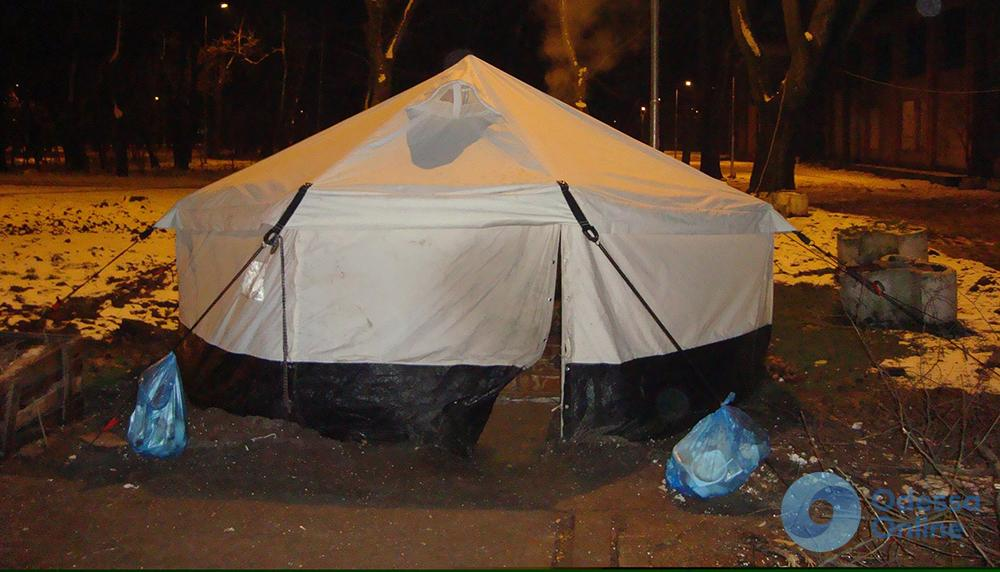 Кражи, драки и антисанитария: палатка для бомжей в Преображенском парке создает неудобства (фото)