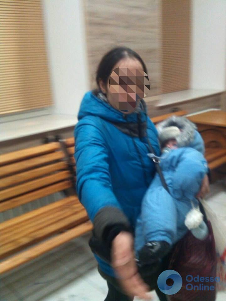 Попрошайничество в Одессе: у женщины отобрали младенца