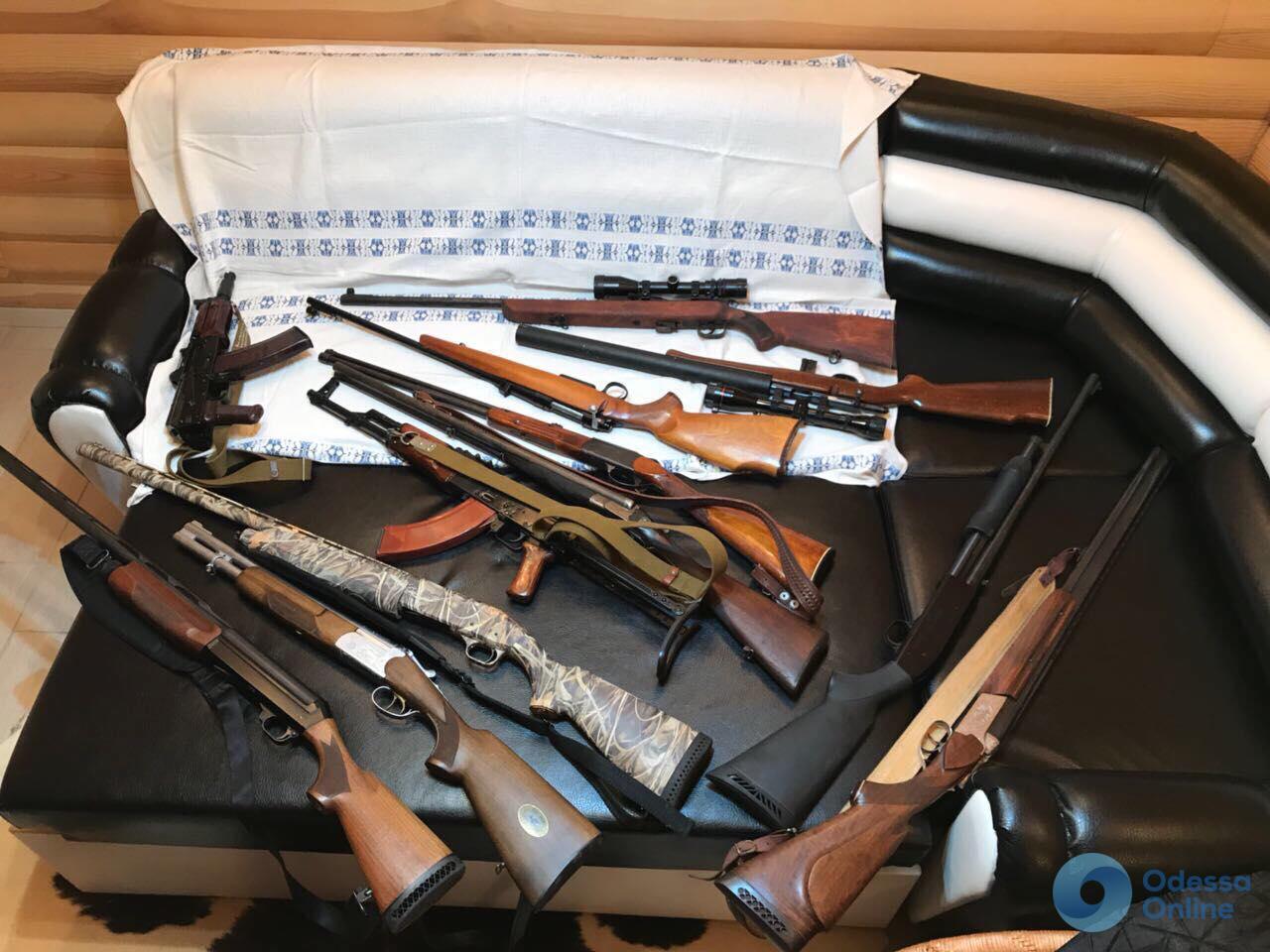 В Одесской области полицейский торговал оружием из вещдоков