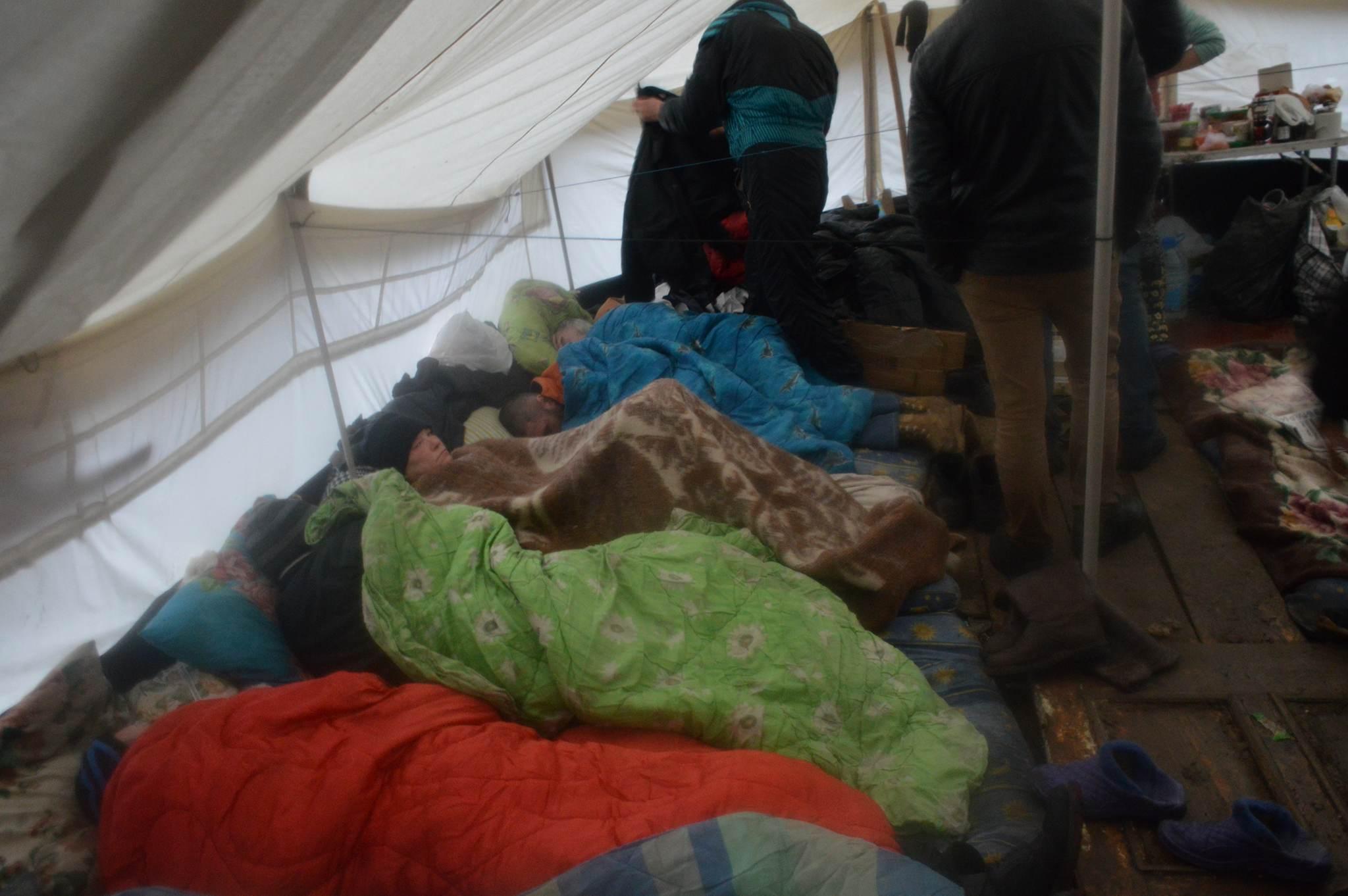 Непогода в Одессе: как бездомные спасаются от дождя и холода