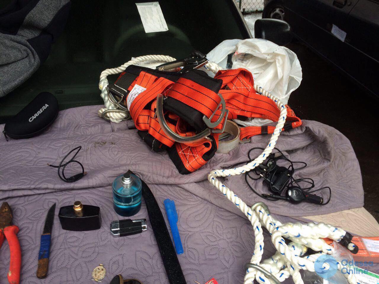 Правоохранители задержали двух воров-«альпинистов» в Одессе (фото)