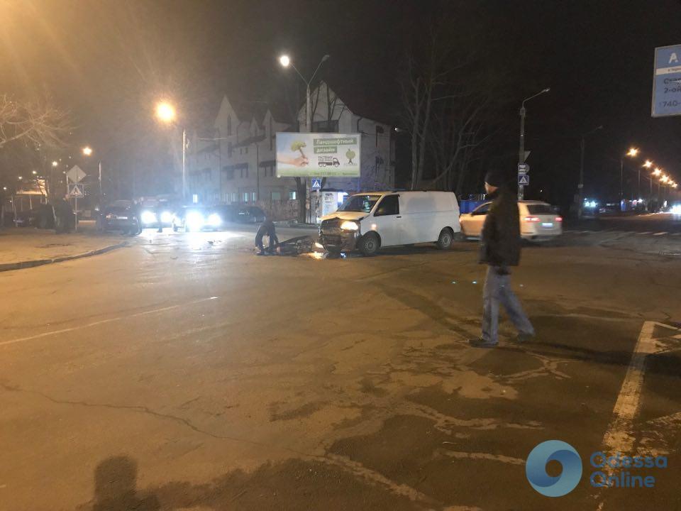 На Таирова микроавтобус столкнулся с легковушкой