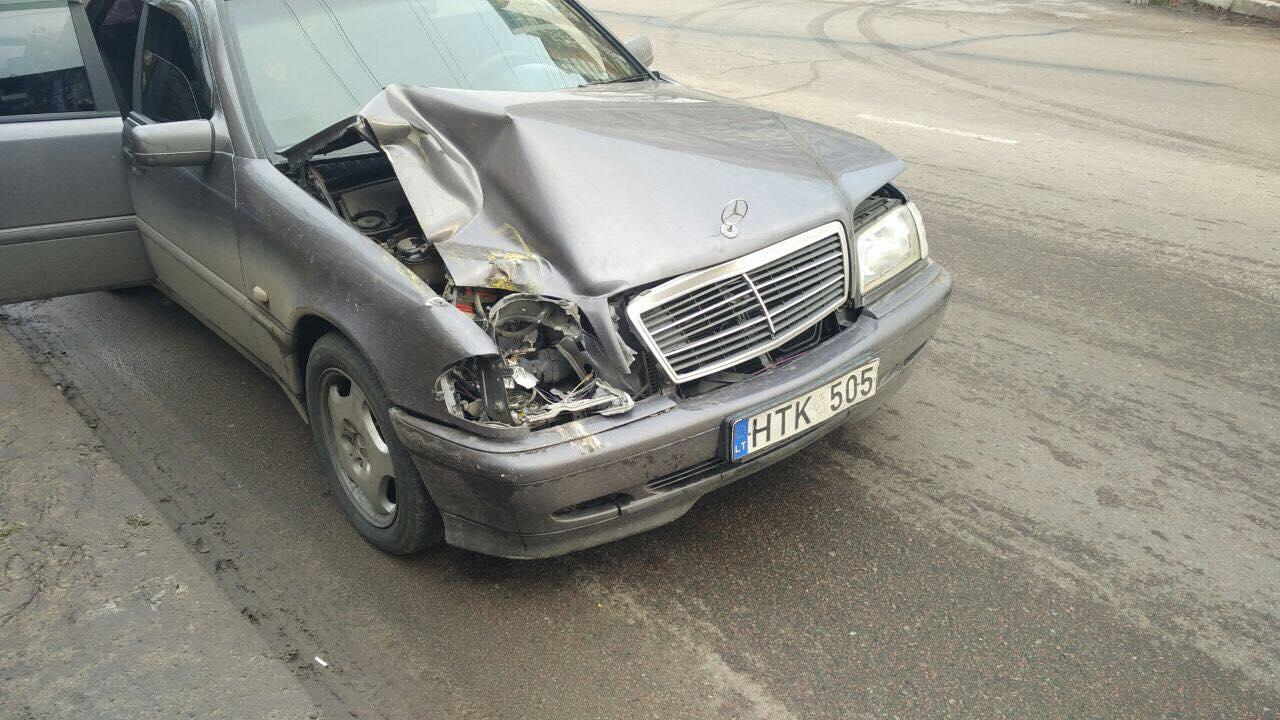 «Ехал и блевал в окно»: в Одессе пьяный водитель «Мерседеса» врезался в маршрутку