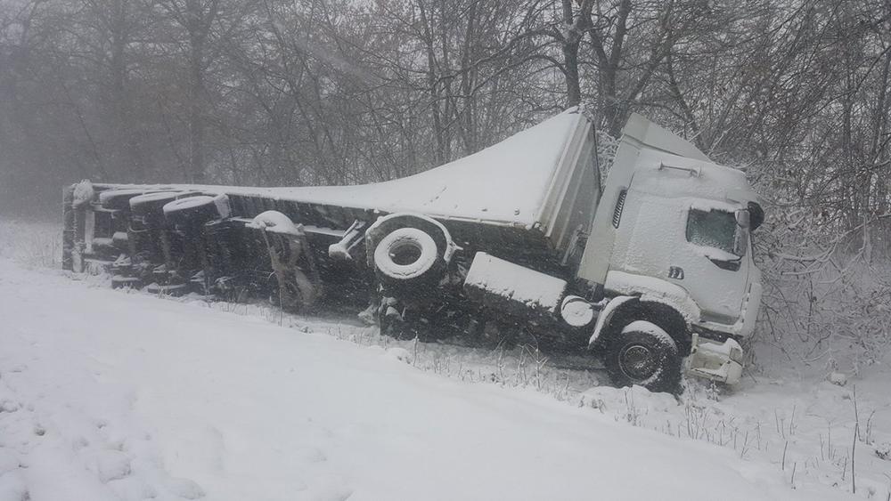 Одесская область: спасатели вытаскивали машины из снежных заносов