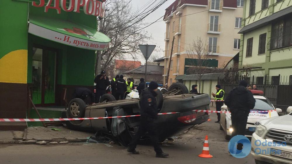 И пусть весь мир подождет: Mazda с переворотом врезалась в магазин (фото)