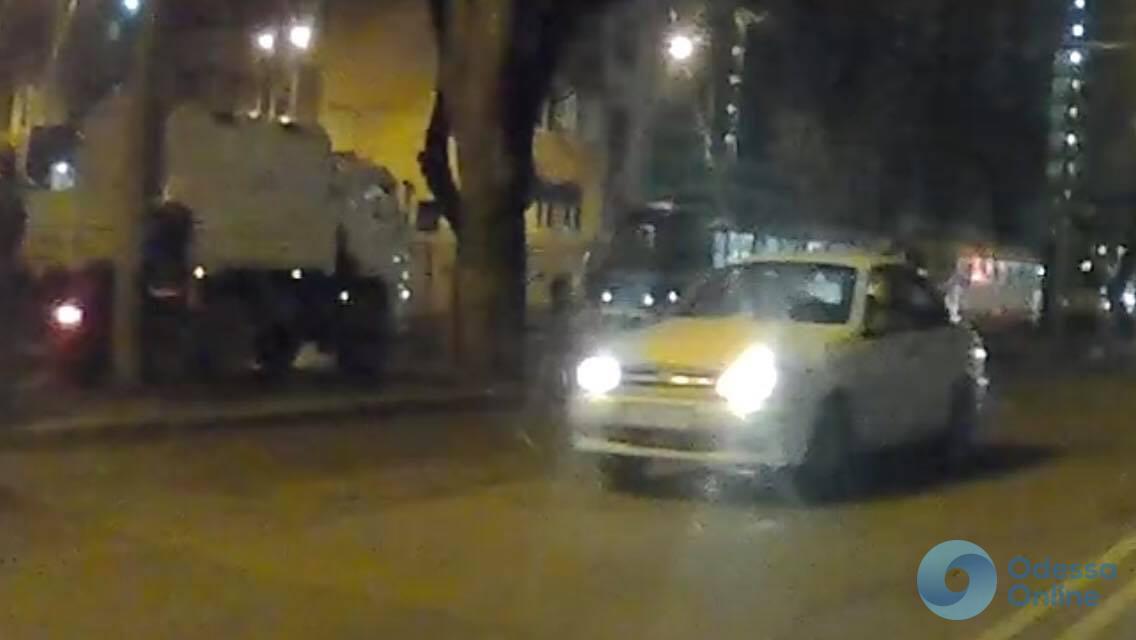 Напротив «Альтаира» на трамвайных путях застряла фура