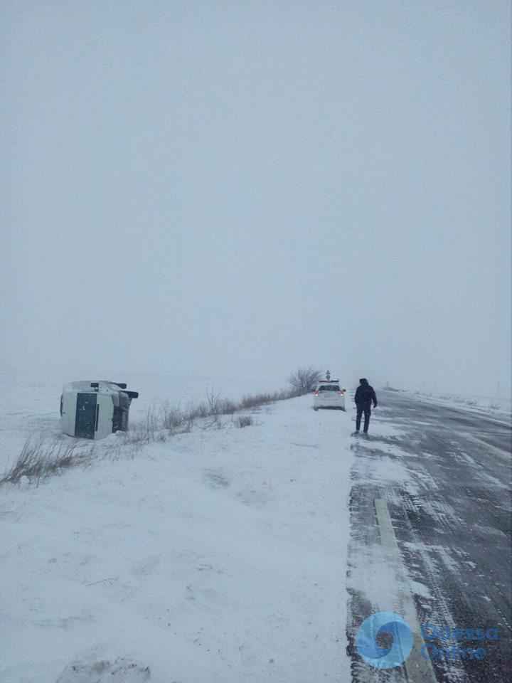 На трассе под Одессой перевернулся микроавтобус