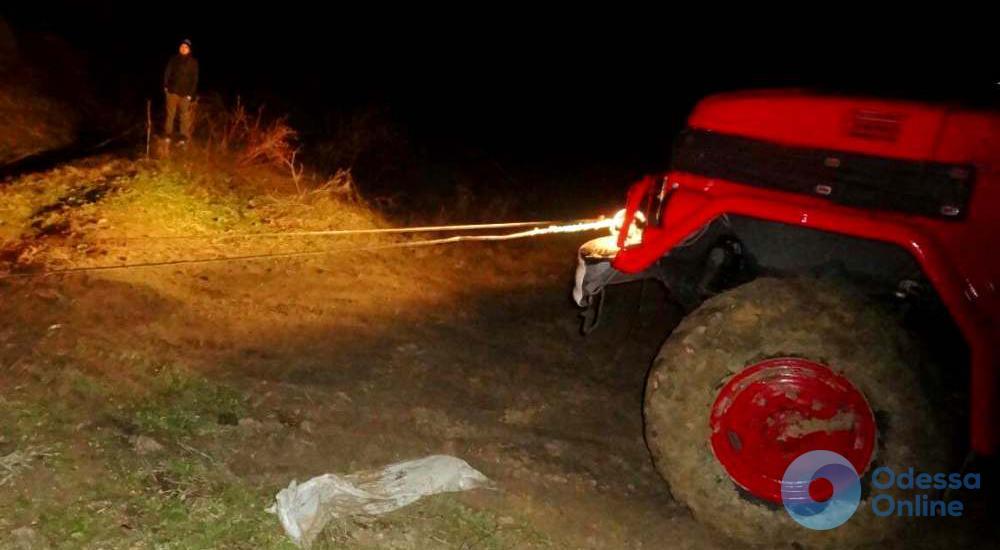 Спасатели вытащили скорую помощь из грязевой «ванны»