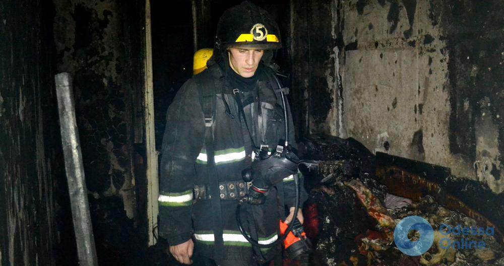Пожар в Одессе: спасатели эвакуировали людей и вытащили мужчину из горящей квартиры (фото, видео)