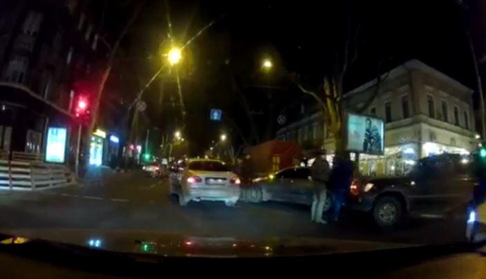 Внедорожник vs легковушка: вечернее ДТП на Ришельевской