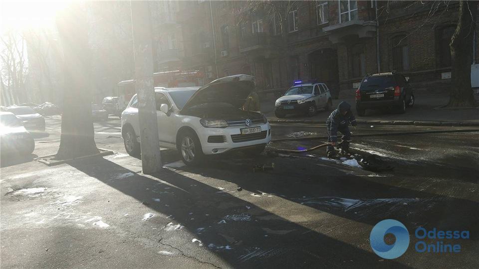 В центре Одессы средь бела дня подожгли автомобиль судьи