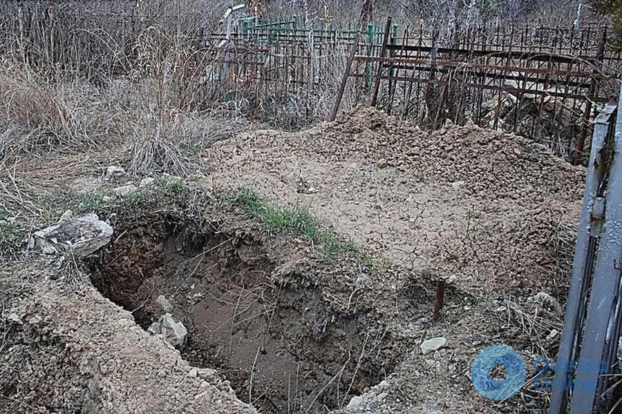 Под Одессой вандал разрыл могилу и украл из гроба золотые украшения