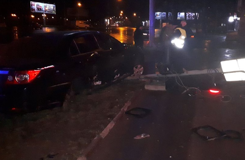 Пьяный водитель влетел в светофор на Среднефонтанской
