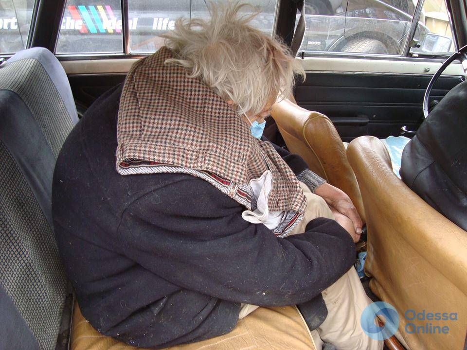«Посадили на поезд и отправили в Одессу»: волонтеры ищут родственников потерявшегося дедушки