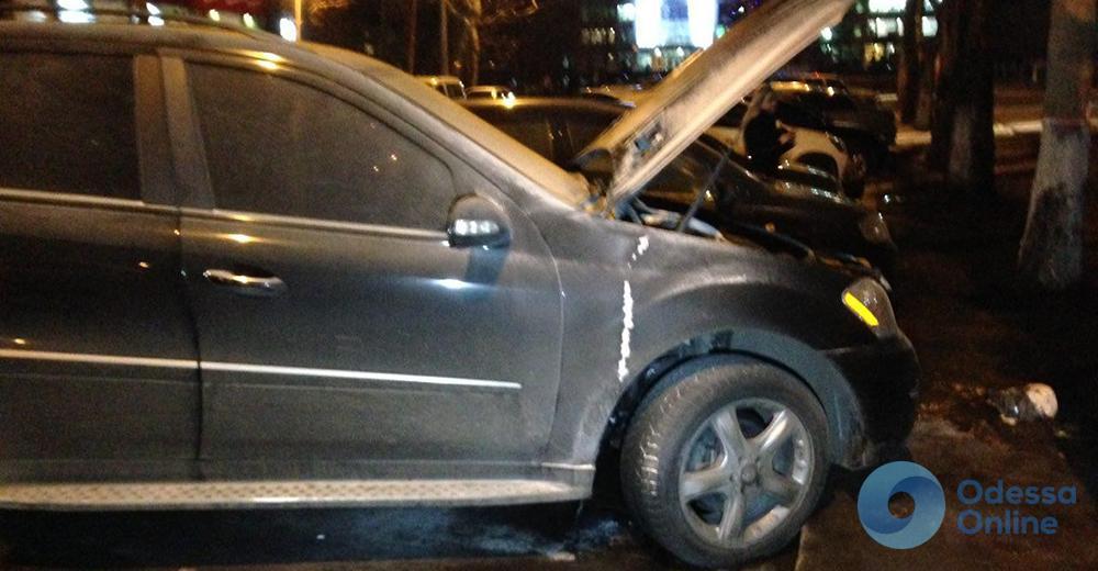 Одесса: на парковке ресторана горел Mercedes