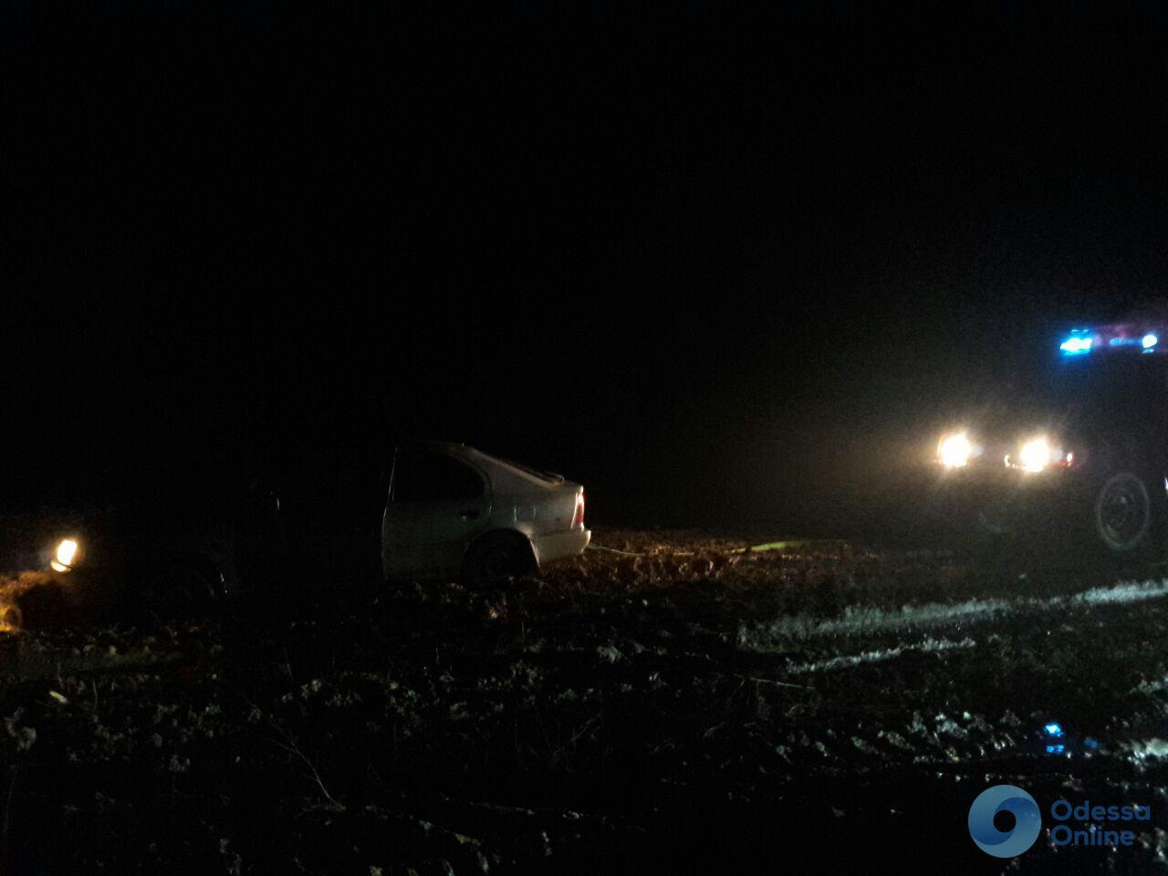 Одесская область: водитель хотел сократить путь и застрял в поле (фото)