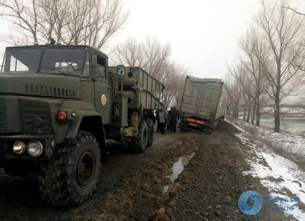 Одесская область: зерновоз слетел в кювет и перекрыл движение (фото)